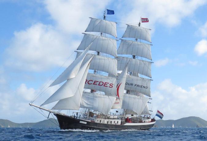 Tall Ship Mercedes in het water voor de kust met bergen op de achtergrond