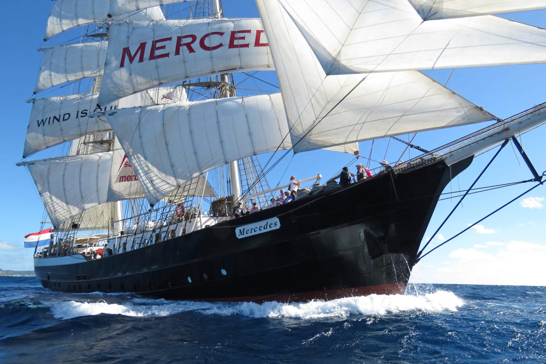 De Nederlandse Tall Ship Mercedes die het water trotseert