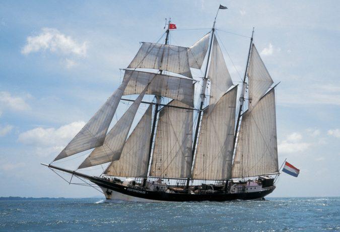 De laatste orginele Nederlandse driemaster de Oosterschelde zeilt over de zee