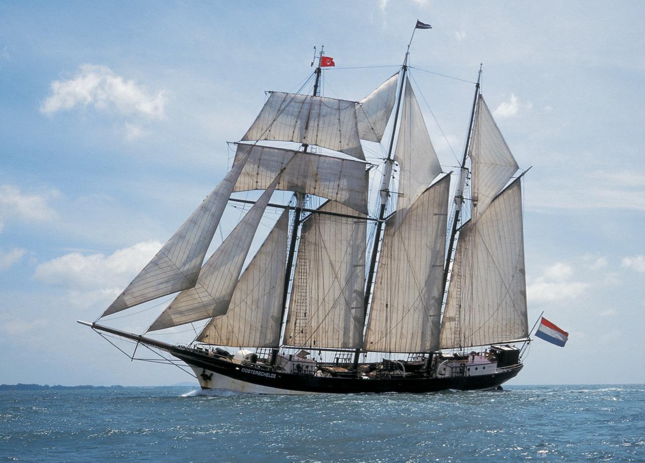 Laatste Orginele Nederlandse Driemaster de Oosterschelde zeilt over de zee
