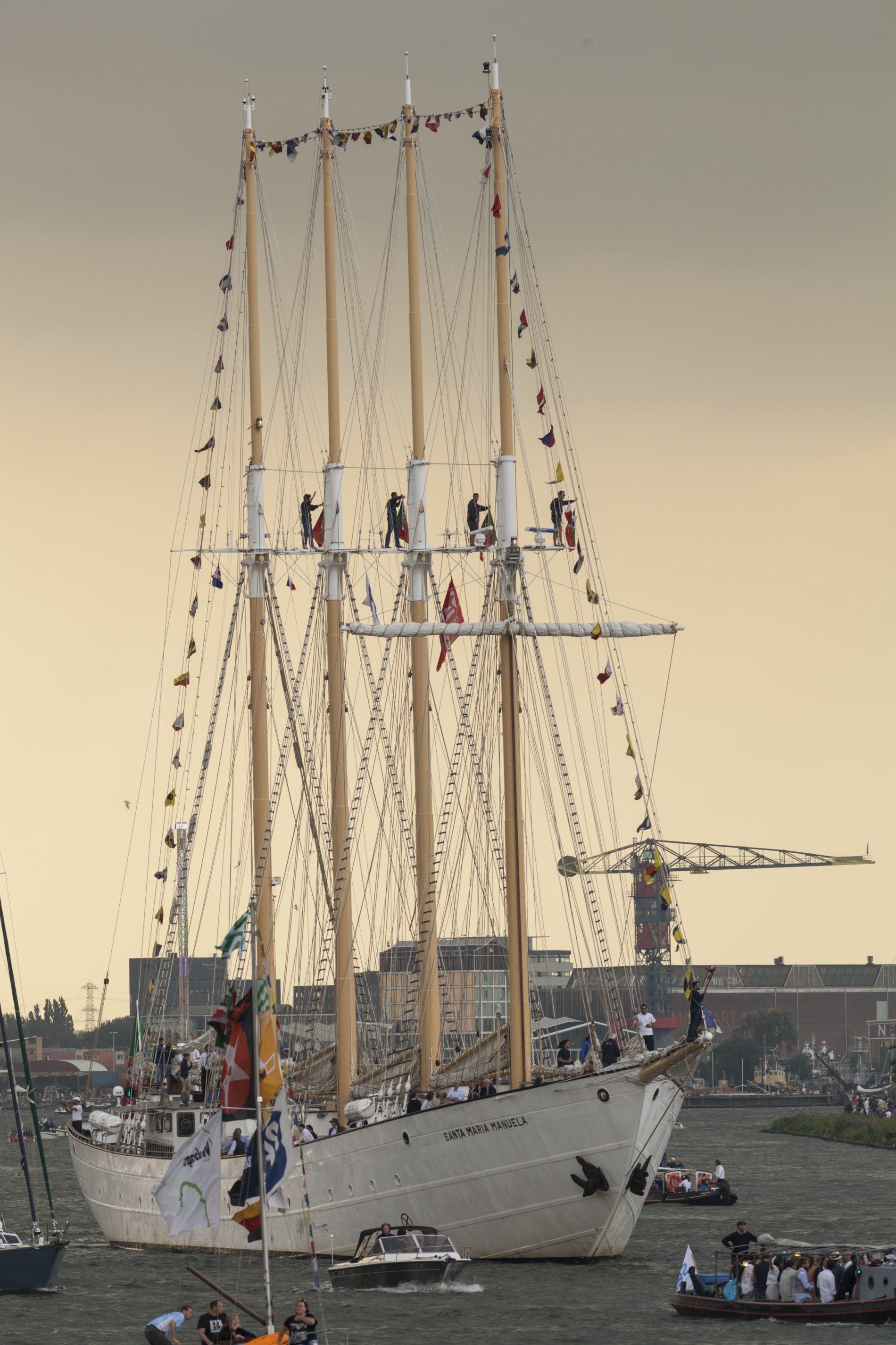 Bemanningsleden van de Santa Maria Manuela staan in de masten van het schip