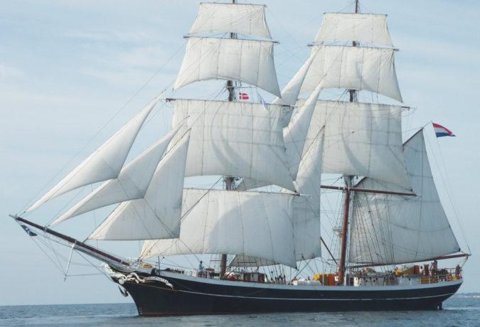 De clipper Morgenster zeilt door de zee met Nederlandse vlag