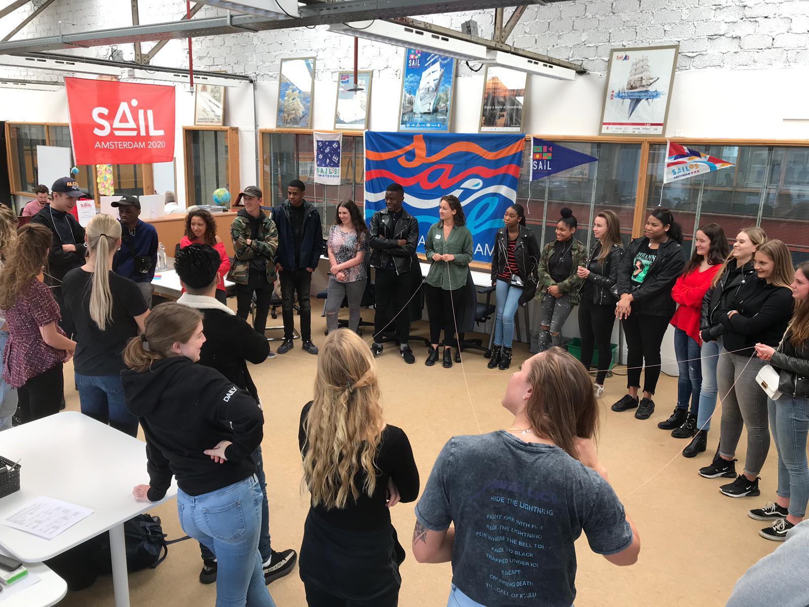 Groep mensen in een cirkel die les krijgen in een lokaal
