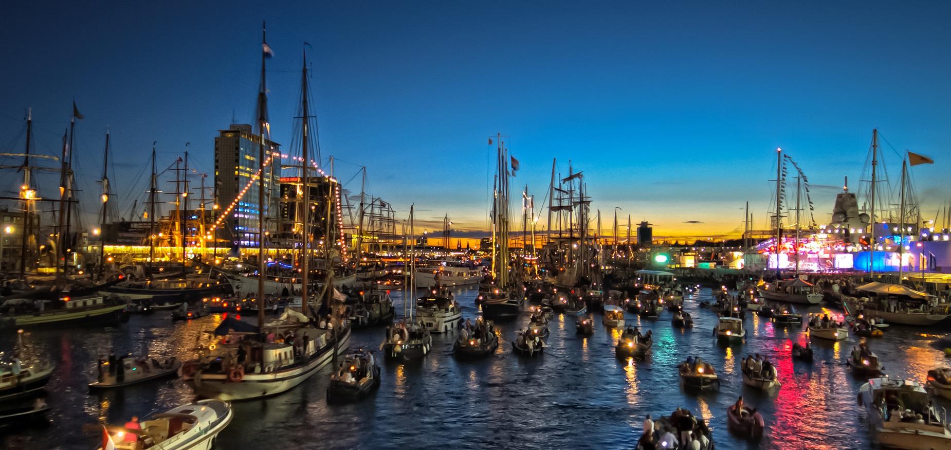IJ gevuld met boten die het licht aanhebben in de avond