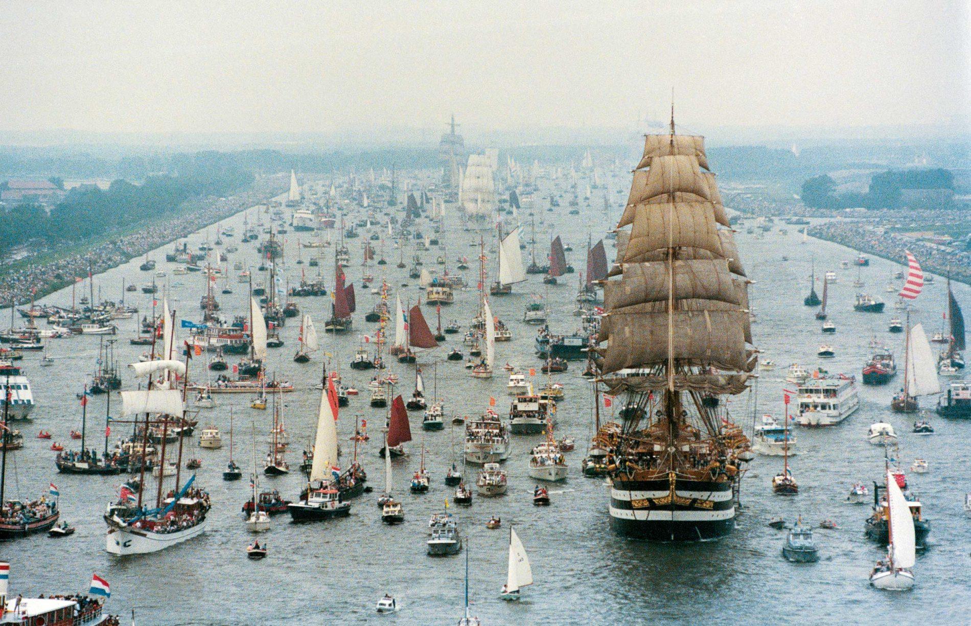 Honderden boten varend door het IJ kanaal in Amsterdam