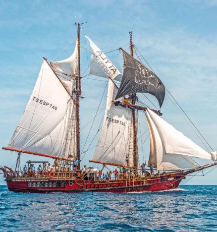 Schip Atyla met zijn bemanning zeilend over de zee