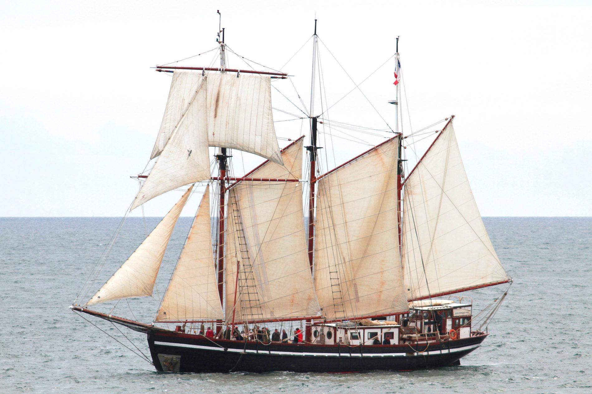 Bel Espoir 2 vaart door de zee met mensen op het dek