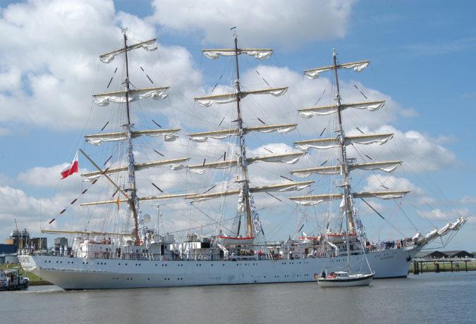 DAR MLODZIEZY in het water bij Amsterdam