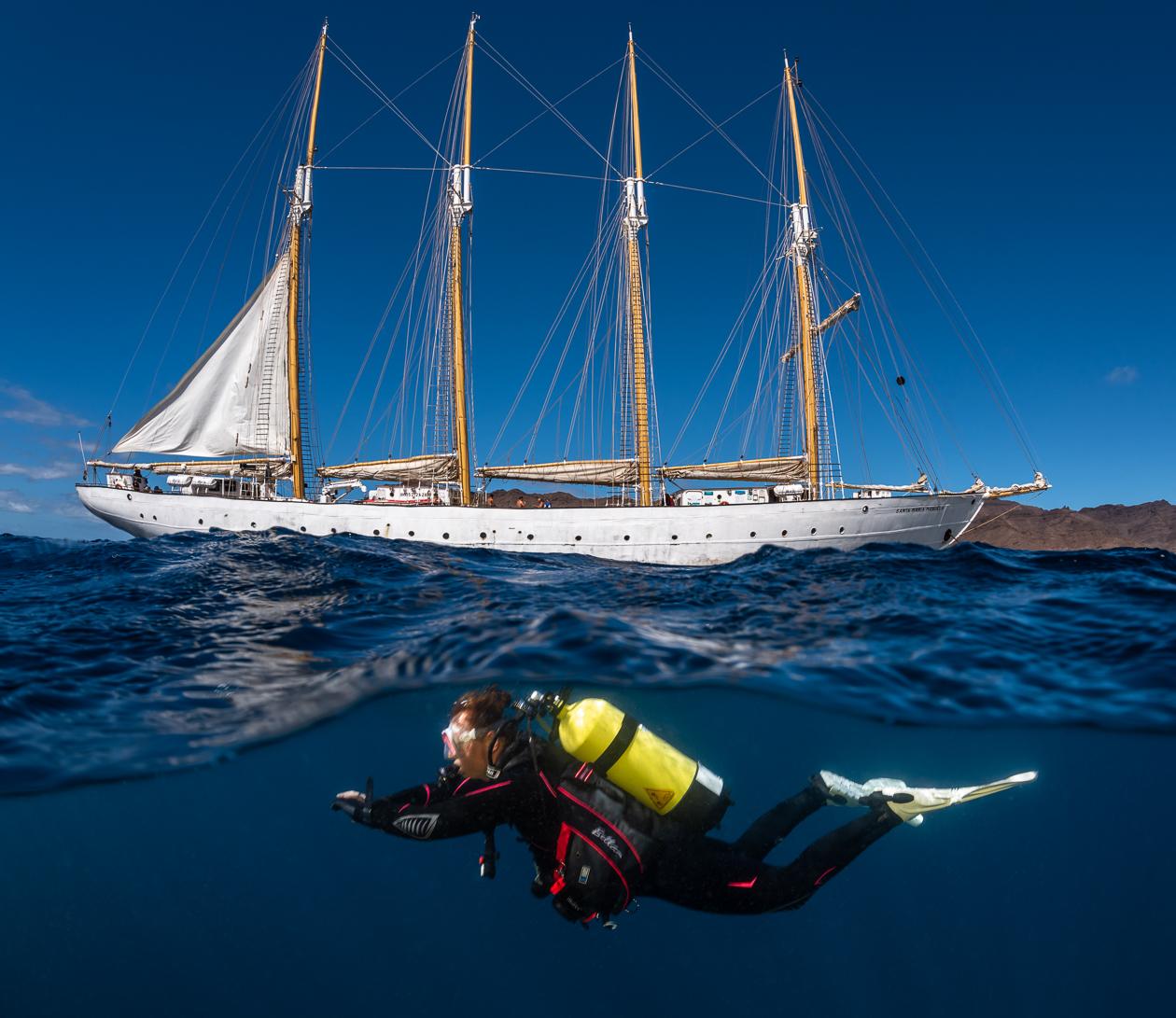Duiker met zuurstoftank onder water bij de Santa Maria Manuela