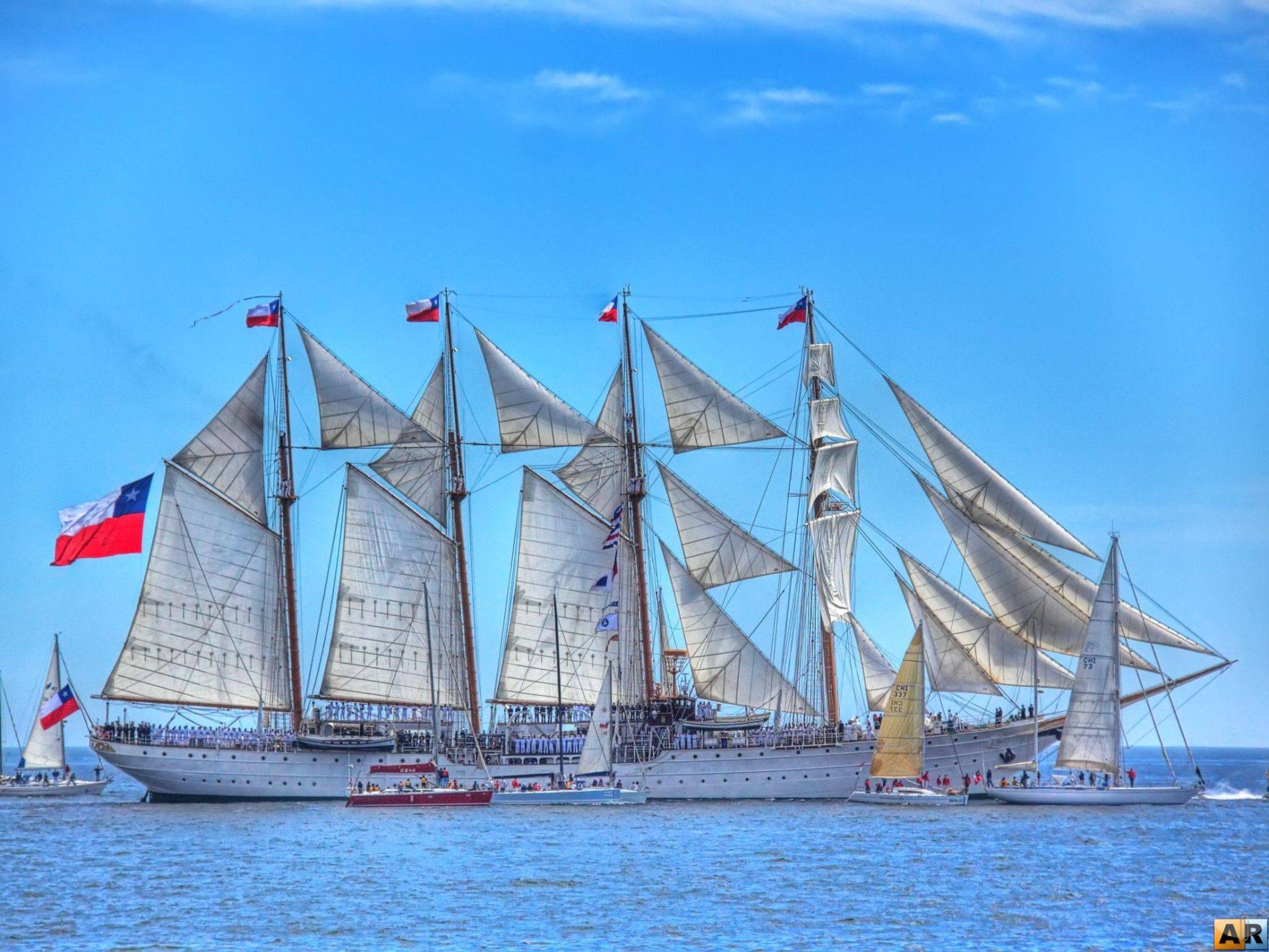 Tall Ship Esmeralda omringt door kleine zeilboten in de oceaan