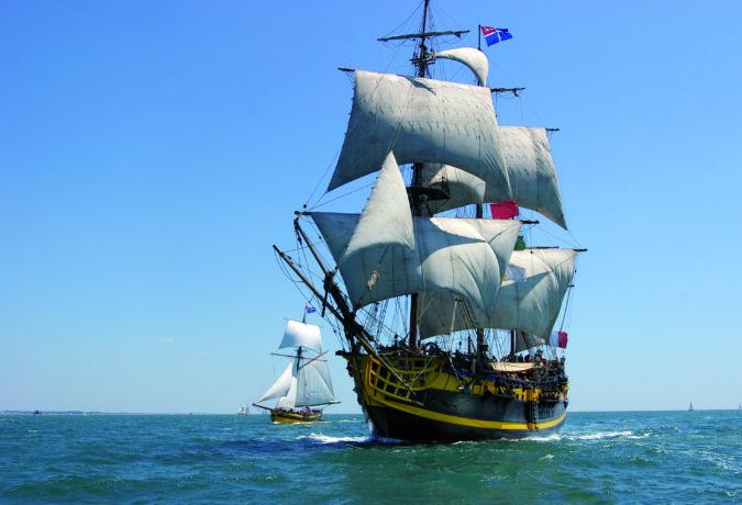 Etoile Du Roy met de gele bekende details vaart door het water met dochterboot ernaast