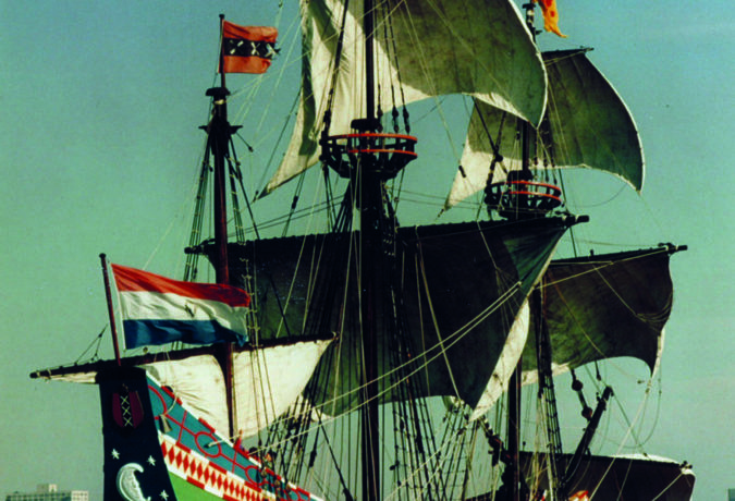Het schip de Halve Maen met de Nederlandse vlag en het Amsterdamse logo