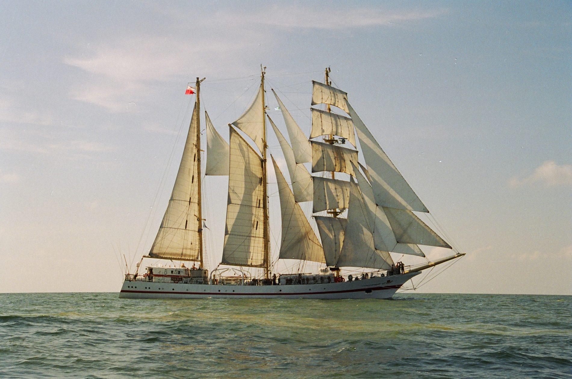 Het schip de Iskra ligt er prachtig bij in het water en wordt geraakt door de zon