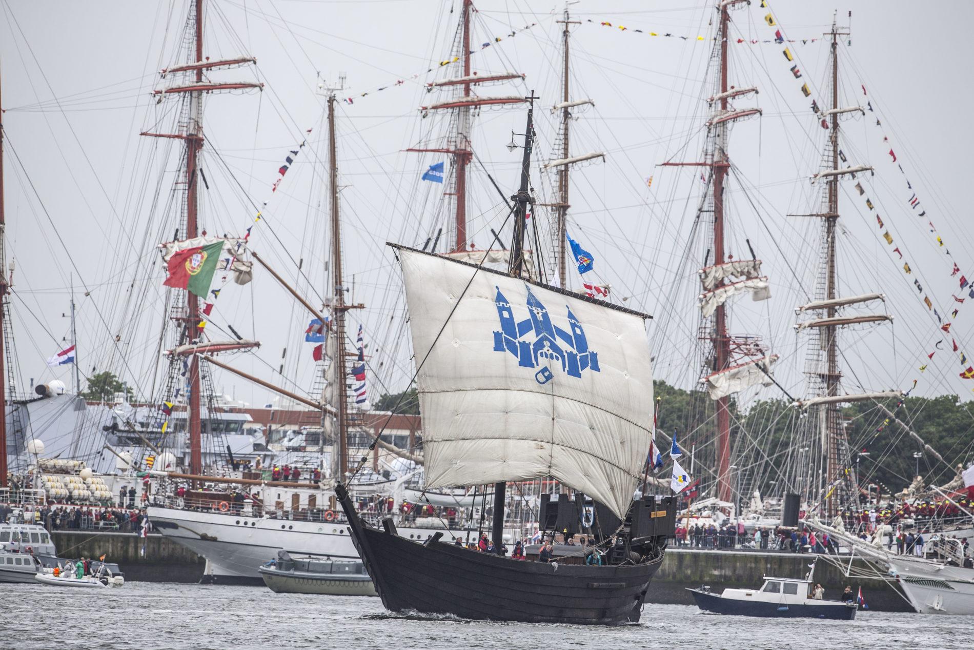De Kamper Kogge met haar witte zeil en blauw logo