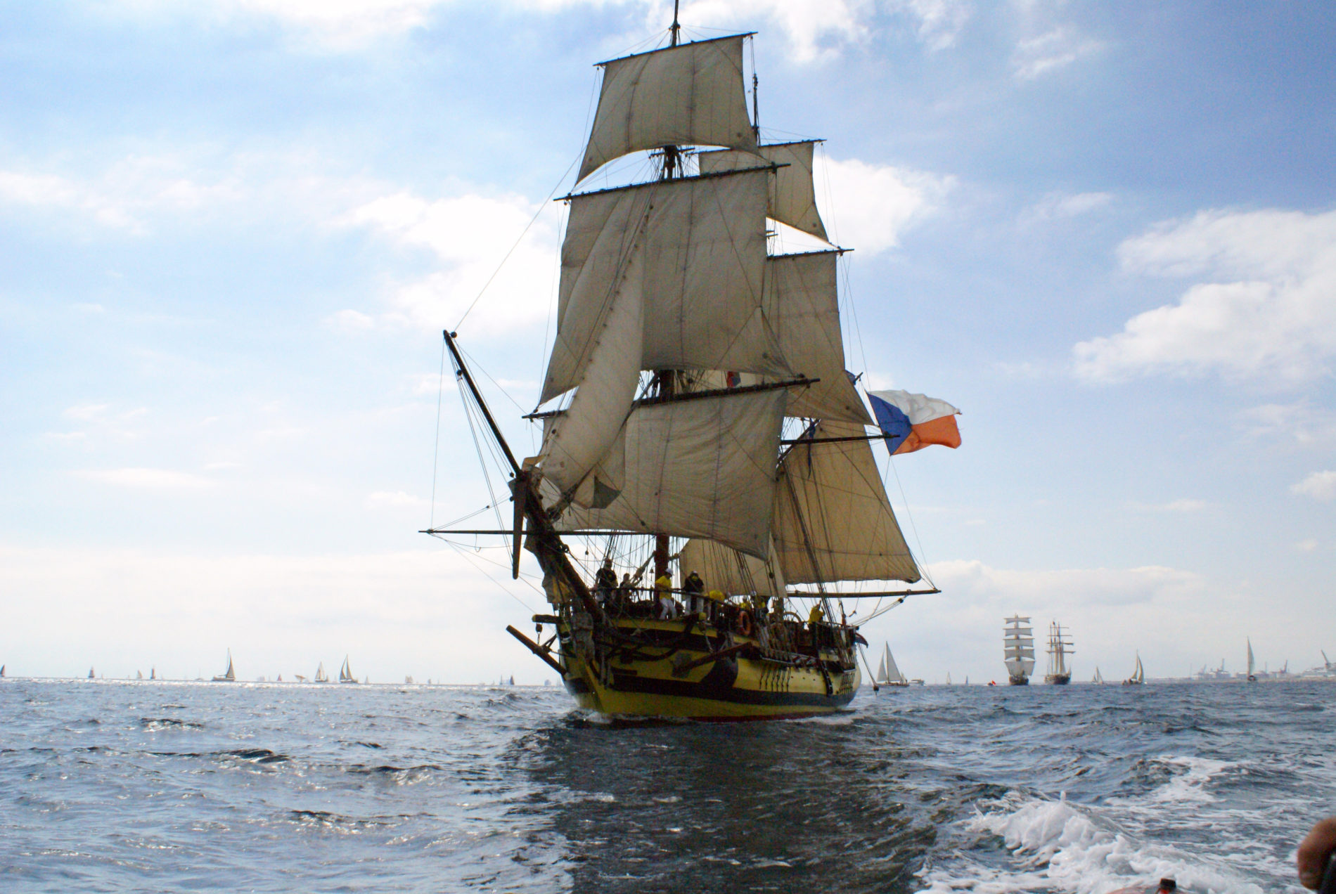 Tall Ship La Grace vaart door de zee met andere zeilboten op de achtergrond