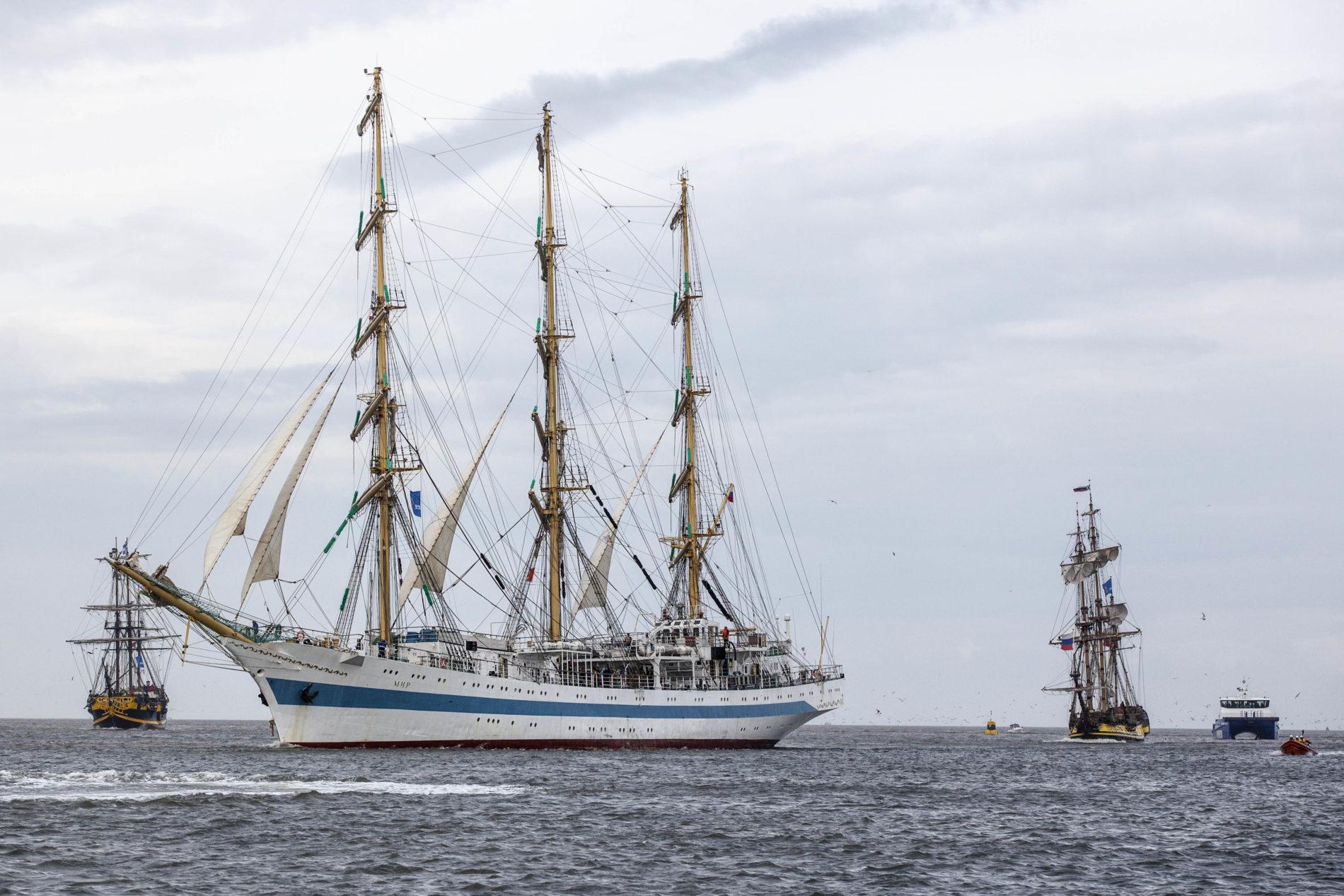 De MIR met zijn bekende blauwe streep over de boot vaart door het water