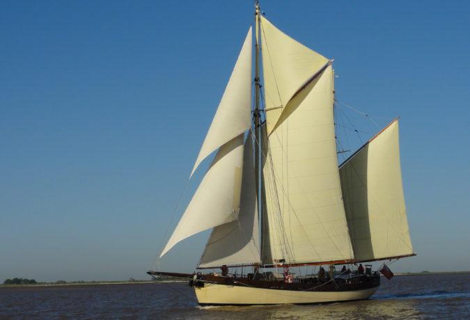 Nederlandse Ketch de Maybe vaart door het water