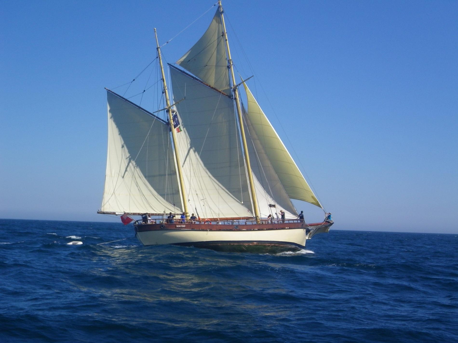 Maybe Sailing ligt schuin in het water en heeft de wind in de zeilen