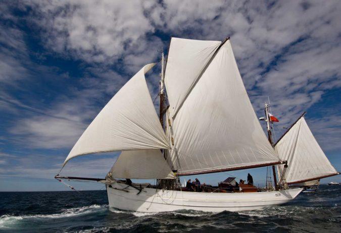 Vissersschip de Mutin zeilt door de golven