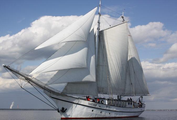 De witte Nadezhda uit Nederland vaart door het water