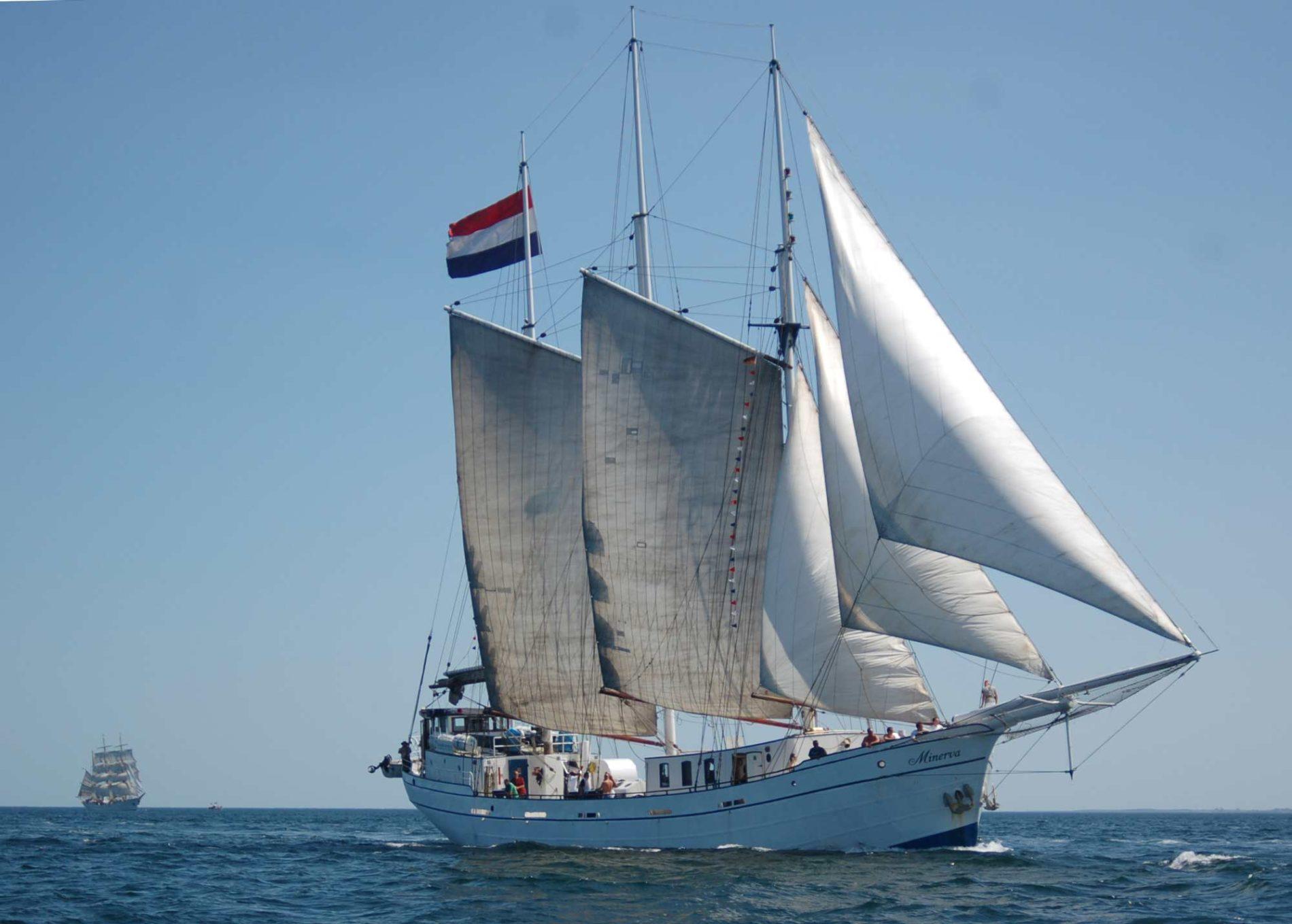 Minerva vaart door de zee met een schip op de achtergrond