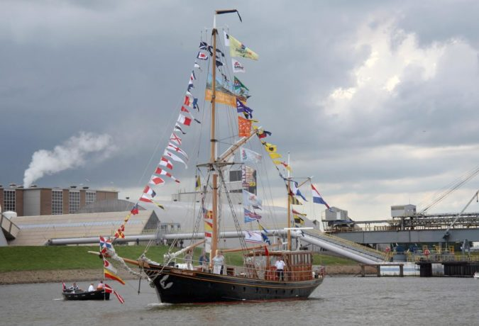 schip de RWS 1 met verschillende internationale vlaggen in de masten