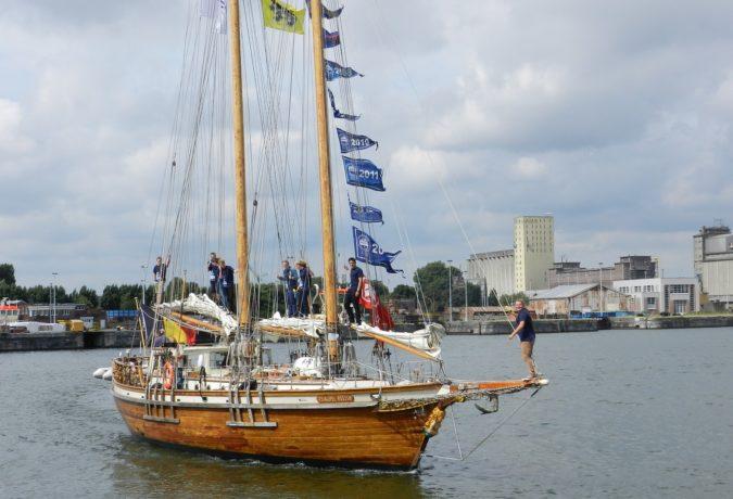 Tweemast Gaffelschoener de Rupel met zijn bemanningsleden in de masten