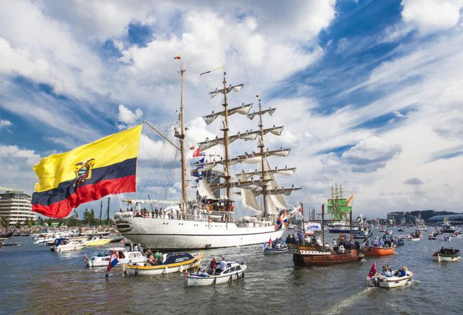 Groot wit zeilschip met Colombiaanse vlag