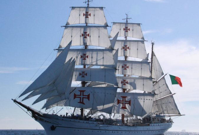 Tall Ship Sagres met de rode herkenbare kruizen op de zeilen en de Portugese vlag