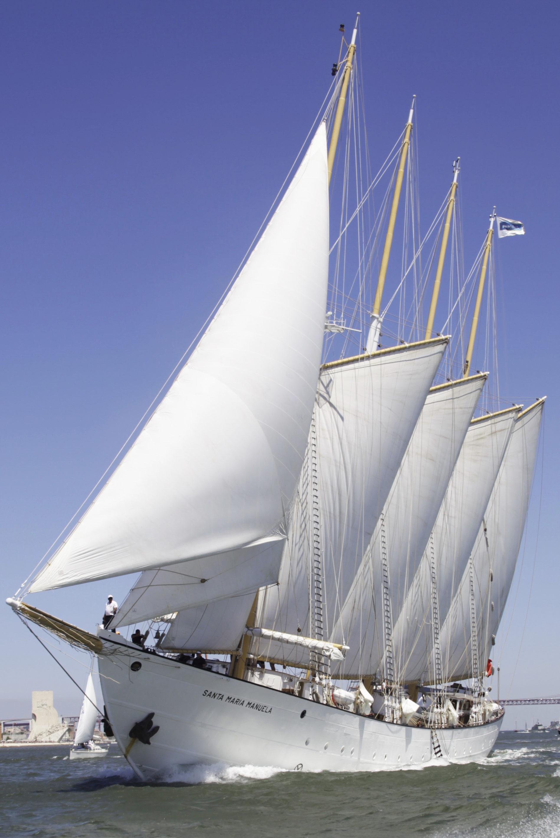 De zeilen van de Santa Maria Manuela vol wind tegen een mooie blauwe lucht