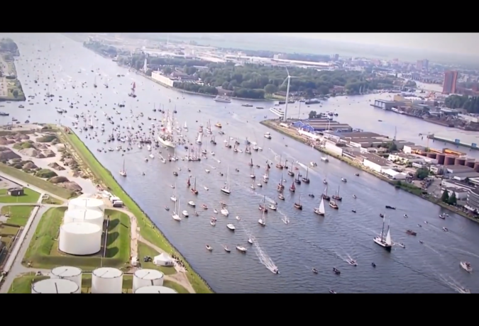 Vele boten in een Kanaal bij Amsterdam