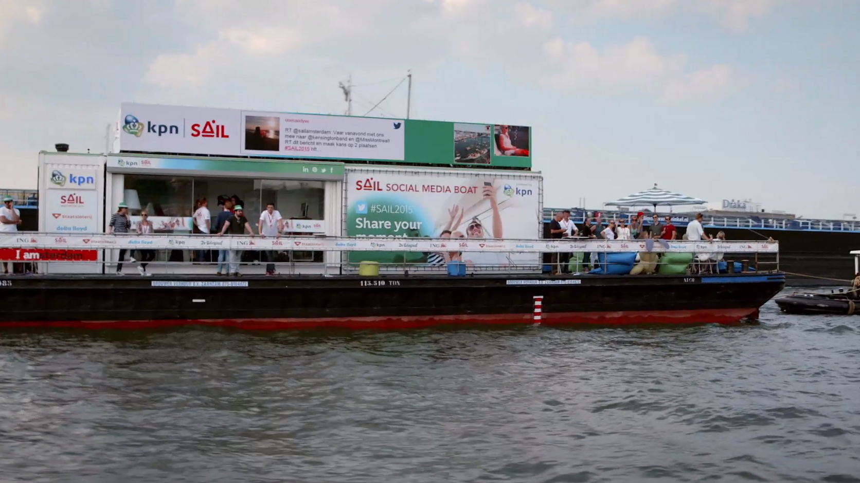 Boot van de hoofdsponsor KPN op het midden van de rivier