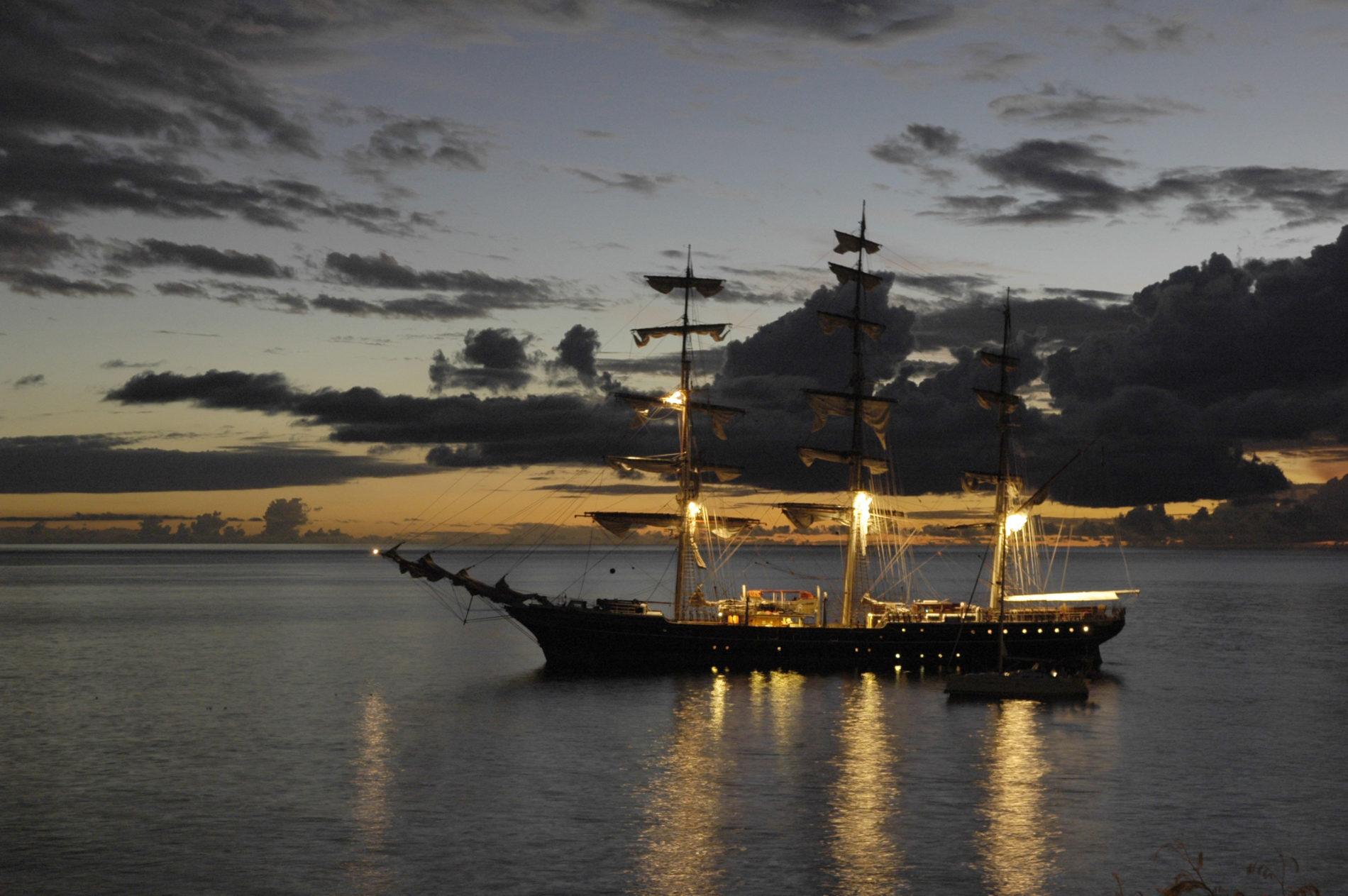 Zeilboot Stad Amsterdam in de zee met drie velle lichten aan de masten