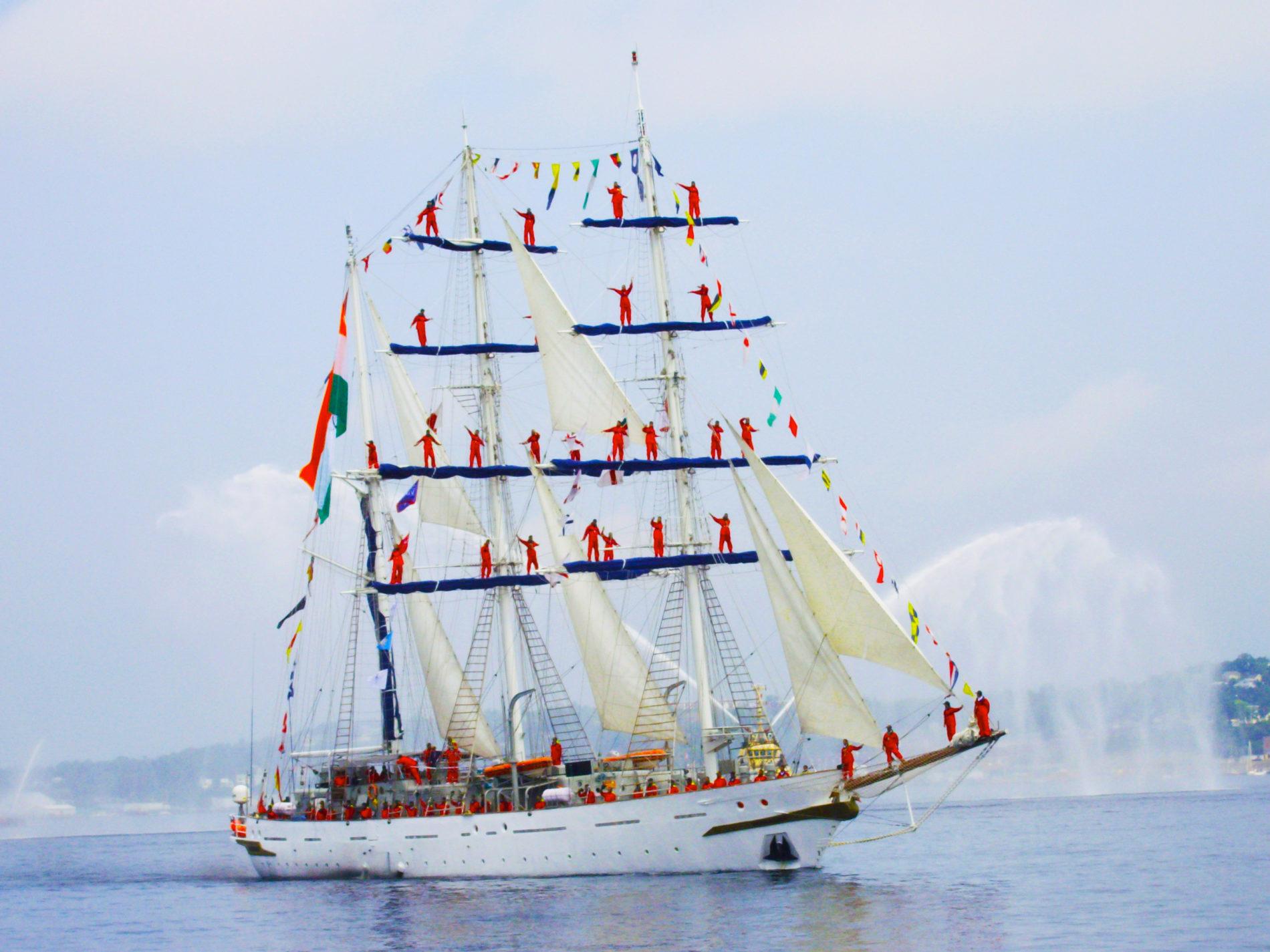 Bemanningsleden van de Tarangini  uit India geven een show op het schip