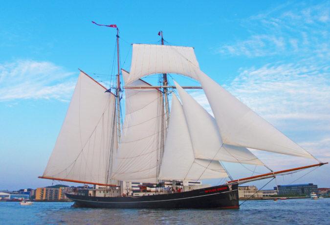 De Wylde Swan vaart de haven uit