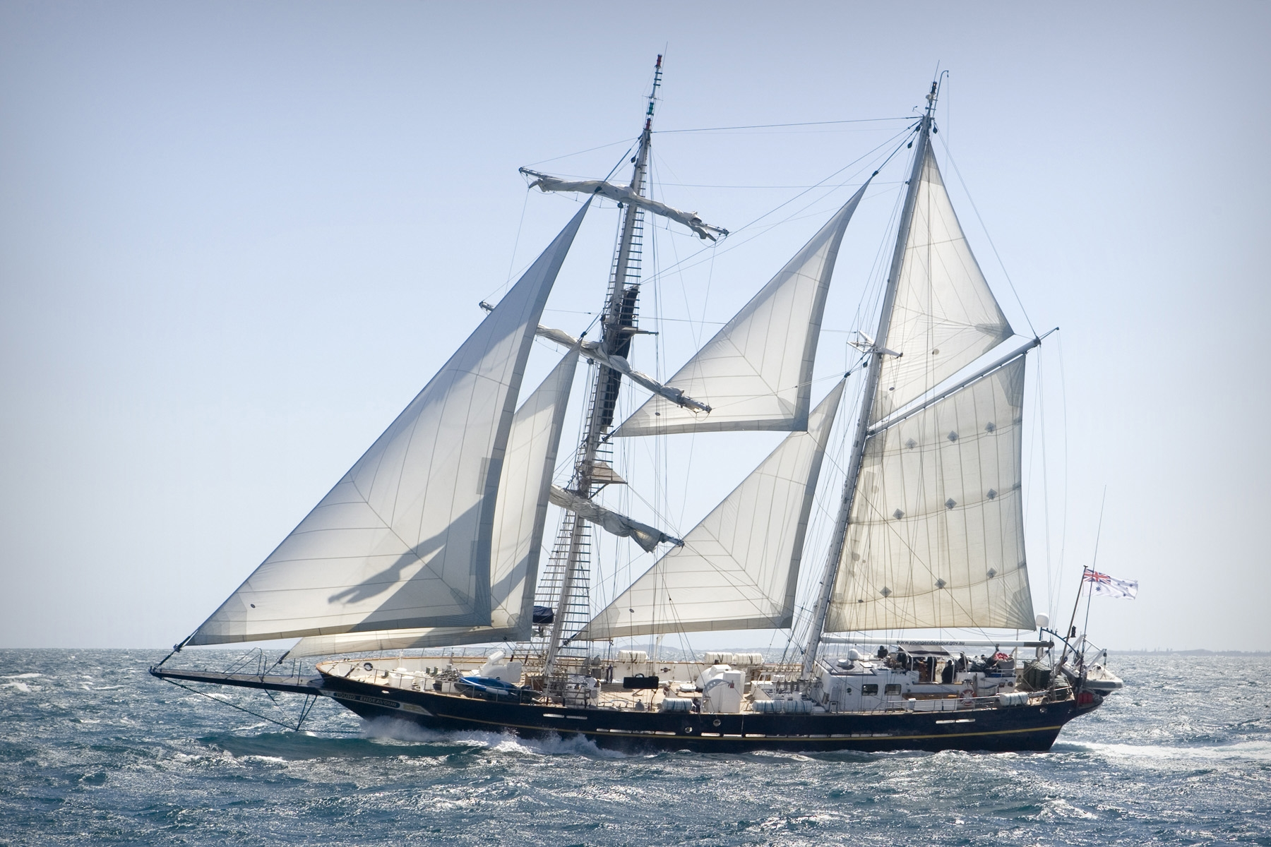 Sail training schip Young Endeavour bij de kust van Fremantle