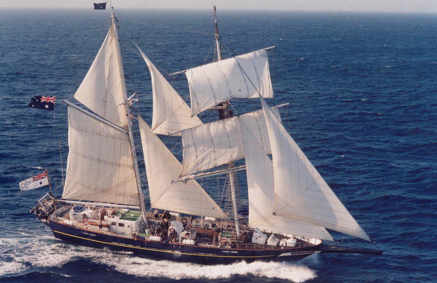 Young Endeavour met de wind in de zeilen op de open zee