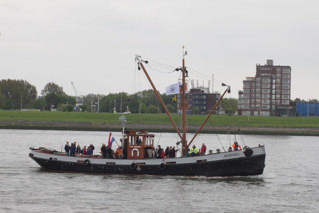 Boot in het midden van het kanaal met gras op de achtergrond - Stichting BASM