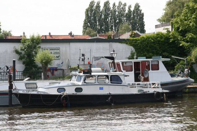 Boot die is aangemeerd naast een andere boot aan de oever - Stichting BASM