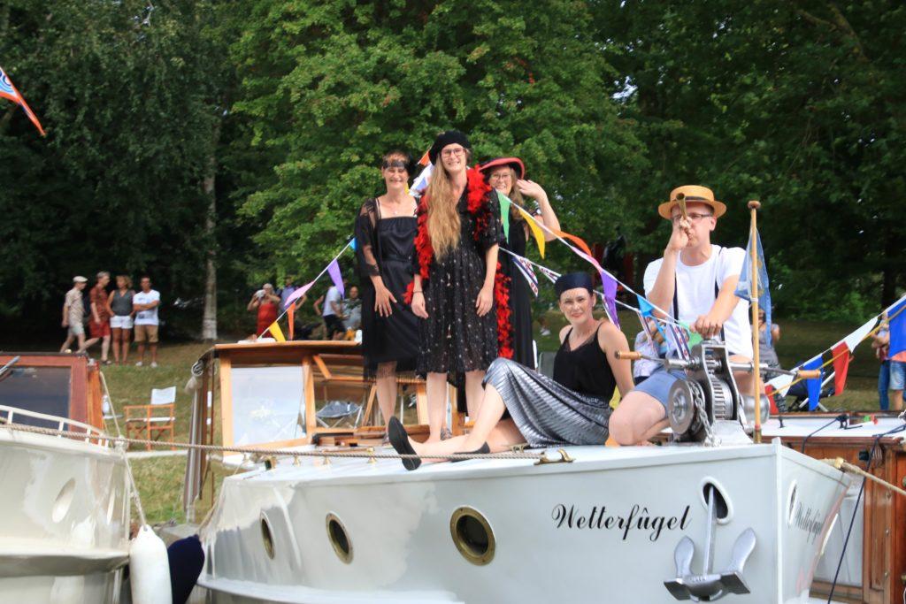 Mensen die staan op de voorkant van hun boot - Vereniging Oude Glorie