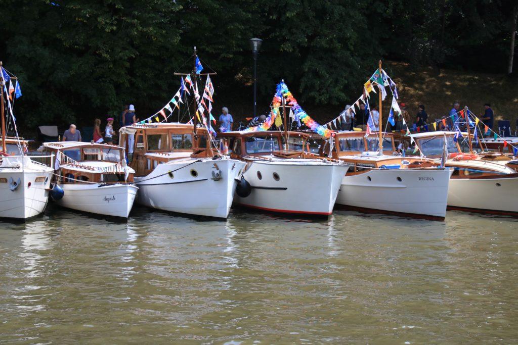 Allemaal dezelfde witte motorboten op een rij aan de kust - Vereniging Oude Glorie