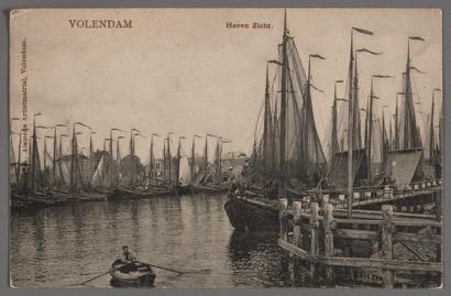 Oude tekening van een man die roeit in de haven van Volendam - De vereniging Botterbehoud