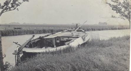 zwart wit foto van een sloep in een rivier