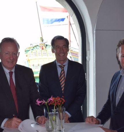Drie mannen in Pak die lachen