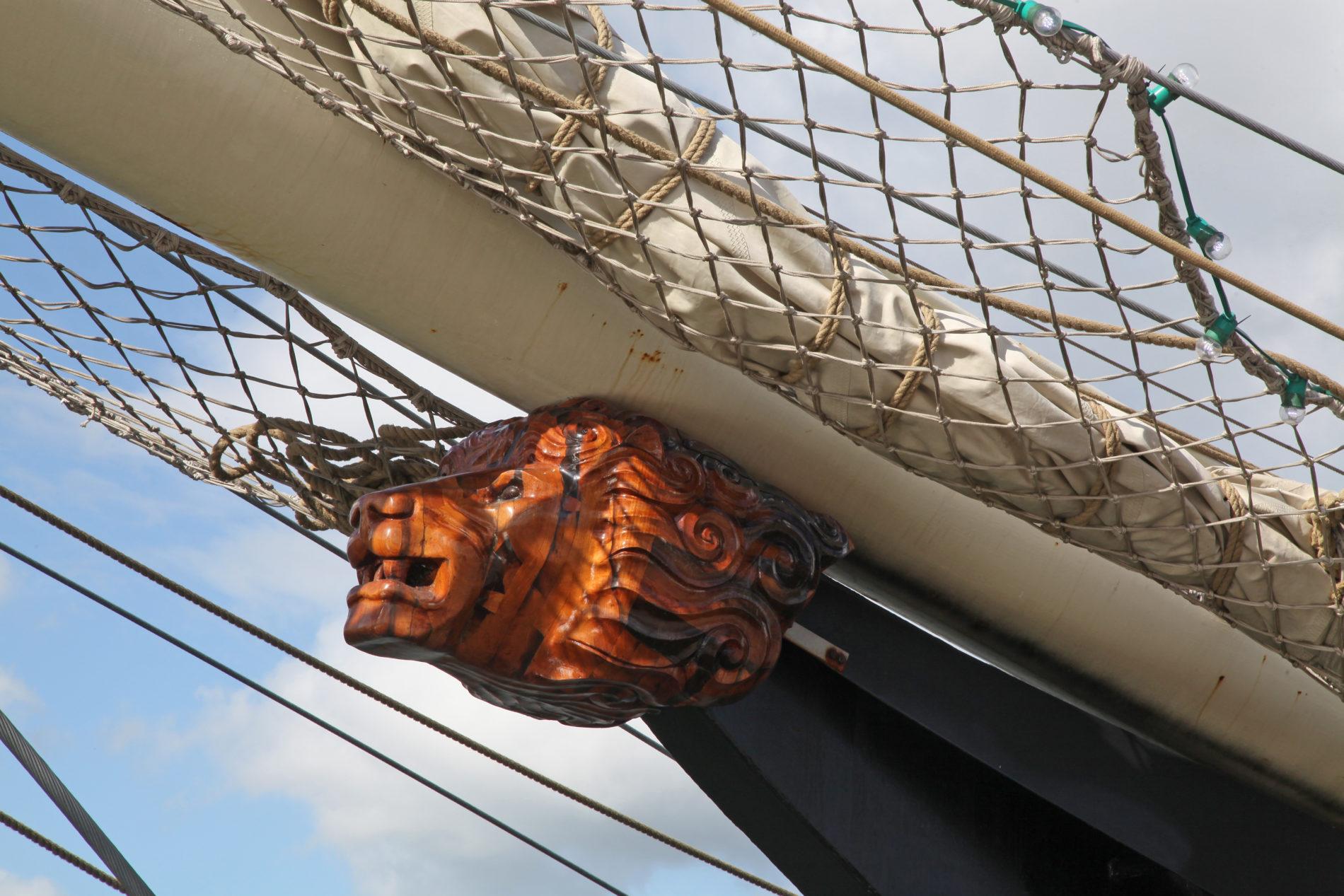 Leeuwen ornament op boeg van het jonge Tall Ship de Gulden Leeuw