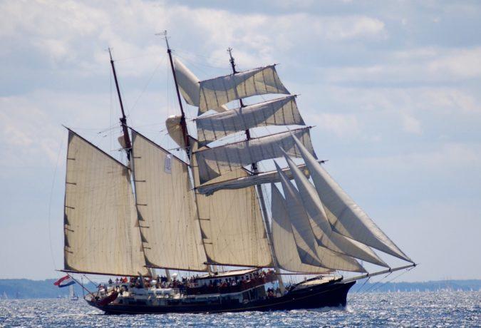 Tall Ship de Gulden Leeuw hangt schijn in het onrustige water