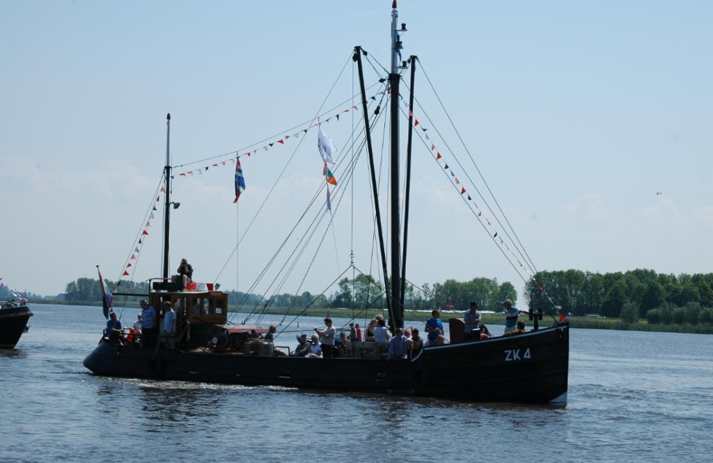 Vele mensen op een boot in het midden van een kanaal - Stichting Kotterzeilen en Kotterbehoud