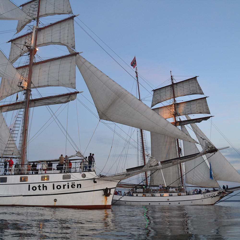 loth Loriën  samen met het zeilschip Tolkien in rustig water