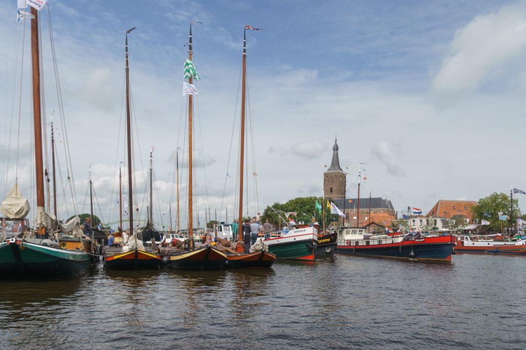Boten op een rij in de haven van een dorp - LVBHB