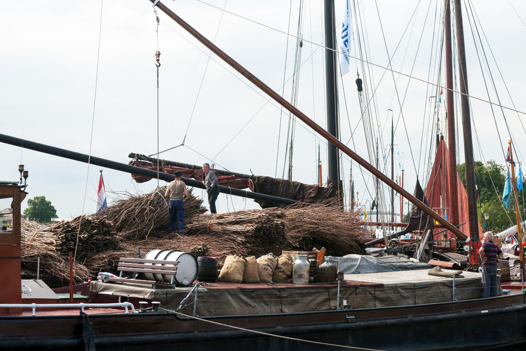 Boot in de haven vol geladen met vracht en riet - LVBHB